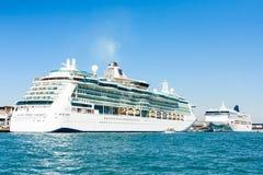 在威尼斯式巡航终端端口的划线员 免版税库存照片