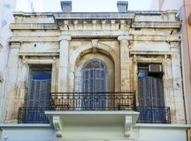在威尼斯式样式建造的典型的希腊房子门面在伊拉克利翁镇,克利特海岛,希腊 免版税库存图片