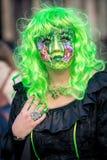 在威尼斯式狂欢节期间的美丽的被打扮的妇女,威尼斯,意大利 图库摄影