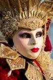 在威尼斯式狂欢节期间的被打扮的妇女,威尼斯,意大利 免版税图库摄影