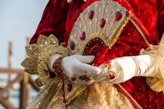 在威尼斯式狂欢节期间的被打扮的妇女,威尼斯,意大利 图库摄影