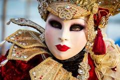 在威尼斯式狂欢节期间的被打扮的妇女,威尼斯,意大利 免版税库存照片