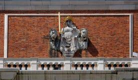 在威尼斯式狮子之间的正义在圣马克` s钟楼,威尼斯塔的门面  库存图片