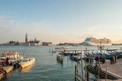 在威尼斯式盐水湖停泊的长平底船 免版税图库摄影