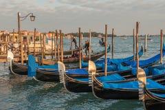 在威尼斯式盐水湖停泊的长平底船 免版税库存照片