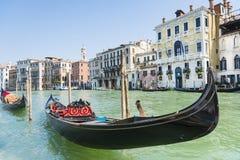 在威尼斯式盐水湖的长平底船 免版税库存照片