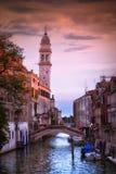 在威尼斯式运河的美好的日落,在夏日,意大利 免版税库存图片