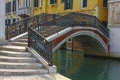 在威尼斯式运河的艺术性的桥梁 库存图片