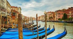 在威尼斯式运河,威尼斯,意大利的长平底船 图库摄影