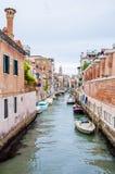 在威尼斯意大利浇灌有停放的小船的运河 库存图片