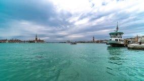 在威尼斯意大利Timelapse 4K浇灌在圣Marco广场前面的出租汽车和公共汽车交通 股票视频