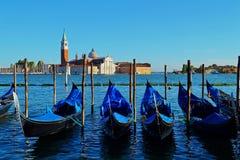 在威尼斯排队的长平底船 免版税库存图片