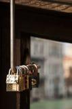 在威尼斯桥梁的爱锁  库存图片