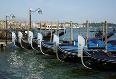 在威尼斯水中停放的长平底船 库存图片