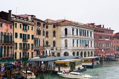 在威尼斯浇灌在大运河的公共汽车站在雨中 库存图片