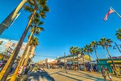 在威尼斯海滩的洋锋步行 免版税库存照片