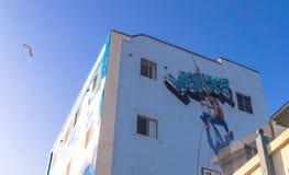 在威尼斯海滩,洛杉矶的街道艺术 与街道画的五颜六色的大厦在蓝天背景 免版税图库摄影