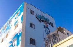 在威尼斯海滩,洛杉矶,加利福尼亚的街道艺术 与街道画的五颜六色的大厦在蓝天背景 免版税库存照片