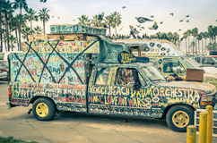 在威尼斯海滩-洛杉矶的嬉皮艺术性的微型货车 库存照片