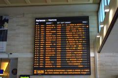 在威尼斯火车站的电子火车时间表 免版税图库摄影