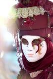 在威尼斯狂欢节的红色面具  免版税库存图片