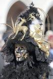 在威尼斯狂欢节的黑和金黄面具  库存图片