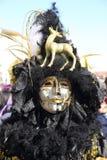 在威尼斯狂欢节的黑和金黄面具  免版税库存照片