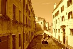 在威尼斯狭窄运河的浪漫小船乘驾 免版税库存图片