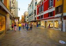 在威尼斯街道上的人步行  免版税库存图片