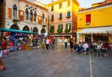 在威尼斯街道上的人步行  免版税库存照片