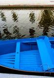 在威尼斯运河的一条蓝色小船 免版税库存图片