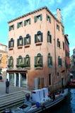 在威尼斯运河的惊吓小船 免版税图库摄影
