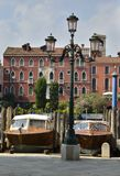 在威尼斯运河的木小船 免版税图库摄影