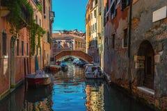在威尼斯运河的空的小船  库存照片