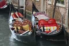 在威尼斯运河的长平底船  免版税库存照片