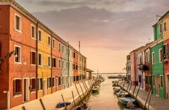 在威尼斯运河穆拉诺岛Burano的日落 图库摄影