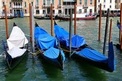 在威尼斯连续靠码头的三艘长平底船,意大利 免版税库存图片