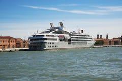 在威尼斯靠码头的一条大巡洋舰小船 免版税图库摄影