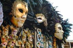 在威尼斯,意大利化妆在销售中的威尼斯式面具 图库摄影