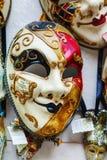 在威尼斯,意大利化妆在销售中的威尼斯式面具 免版税库存图片
