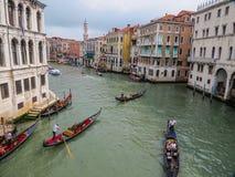在威尼斯,意大利大运河的长平底船  免版税库存照片