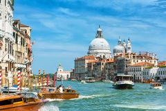 在威尼斯,意大利浇灌在大运河的出租汽车 图库摄影