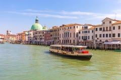 在威尼斯,意大利浇灌威尼斯市运河公共汽车和看法  库存照片