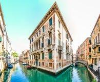 在威尼斯,意大利街道的浪漫场面  图库摄影