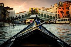 在威尼斯,意大利运河的长平底船  免版税库存照片