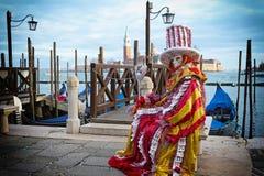 在威尼斯-威尼斯式服装拟订狂欢节面具 免版税库存照片