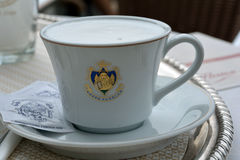 在威尼斯-意大利的Caffe弗洛里安的咖啡杯 图库摄影