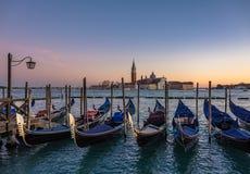 在威尼斯` s长平底船驻地- 11月17日的金黄小时 免版税库存图片