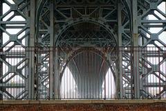 在威廉斯堡桥梁下在一有薄雾的天 免版税库存照片