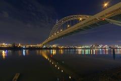 在威拉米特河的佛瑞蒙桥梁在晚上 免版税库存图片